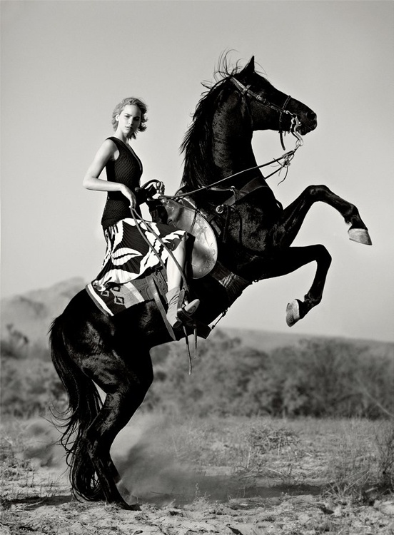 Fashion: Jennifer Lawrence for Vogue USA, igrzyska śmierci, na koniu, sesja zdjęcowa z koniem
